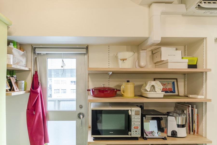 調理家電用の収納棚もつけた。左側は洗濯機置き場に。