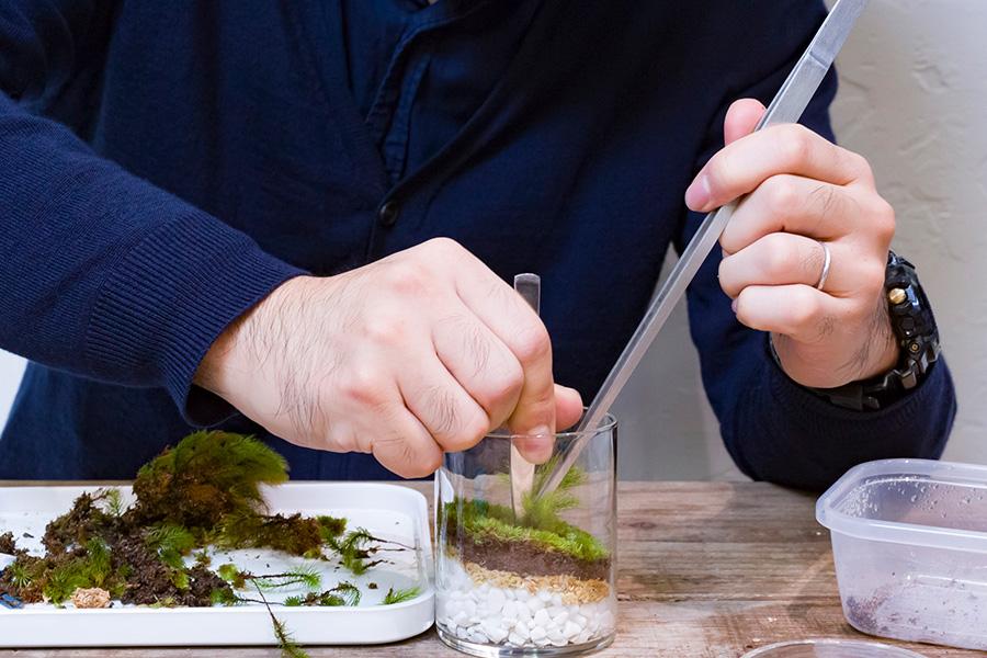 ピンセットを抜く時に苔も一緒に抜けてしまわないよう、スプーンなどで押さえながらピンセットを引き上げる。