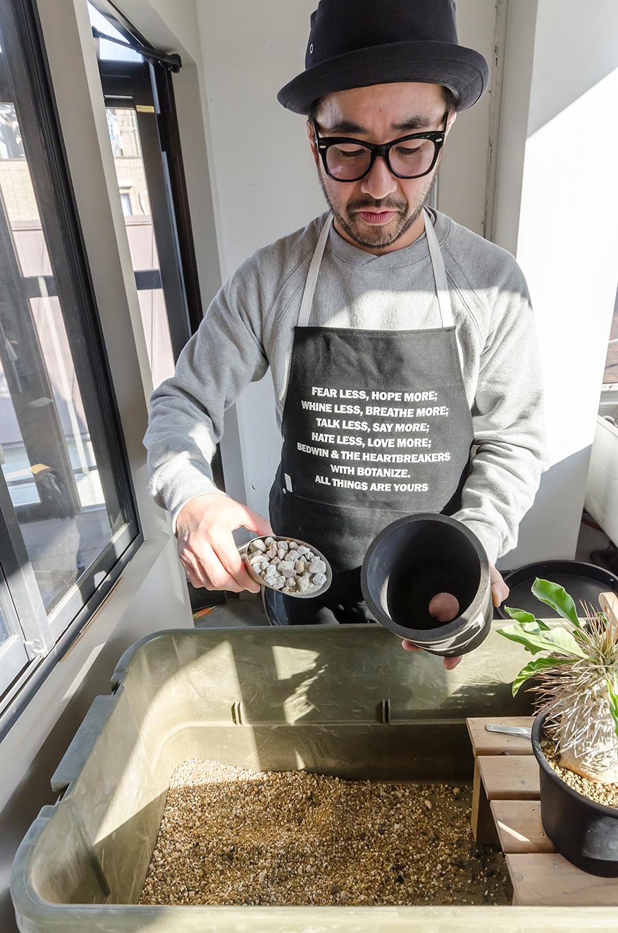 店内でコーデックスと鉢をセレクトし、土と合わせてアレンジしてもらうことも。