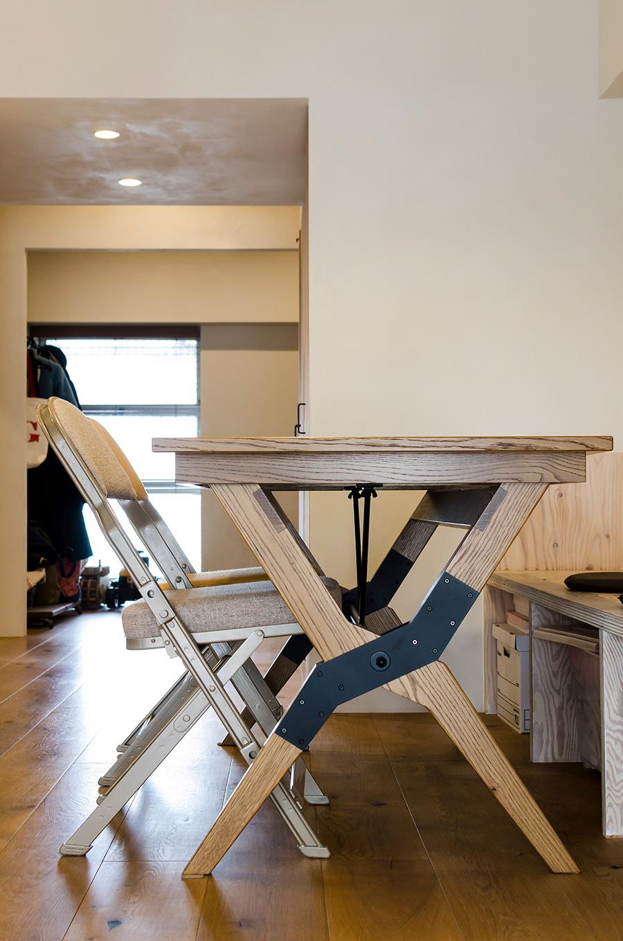 横から座りやすいX脚のテーブルは「PACIFIC FURNITURE SERVICE」で購入。