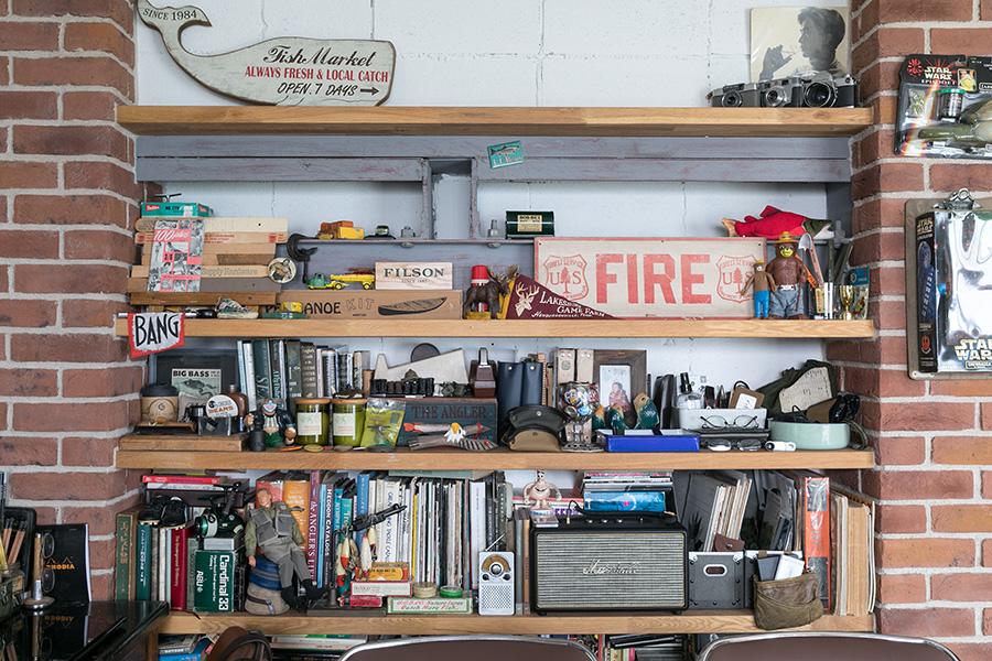 コレクションが並ぶリビング壁面の棚。「一人の時は棚をいじりながら酒を飲んでます(笑)」(ご主人)。