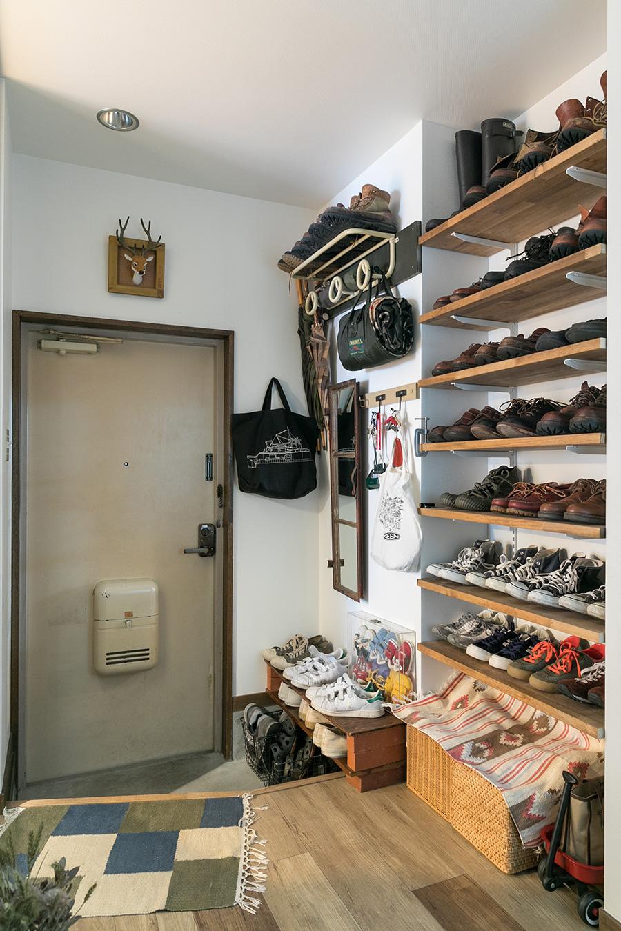 靴はディスプレイを兼ねてオープンな棚に収納。