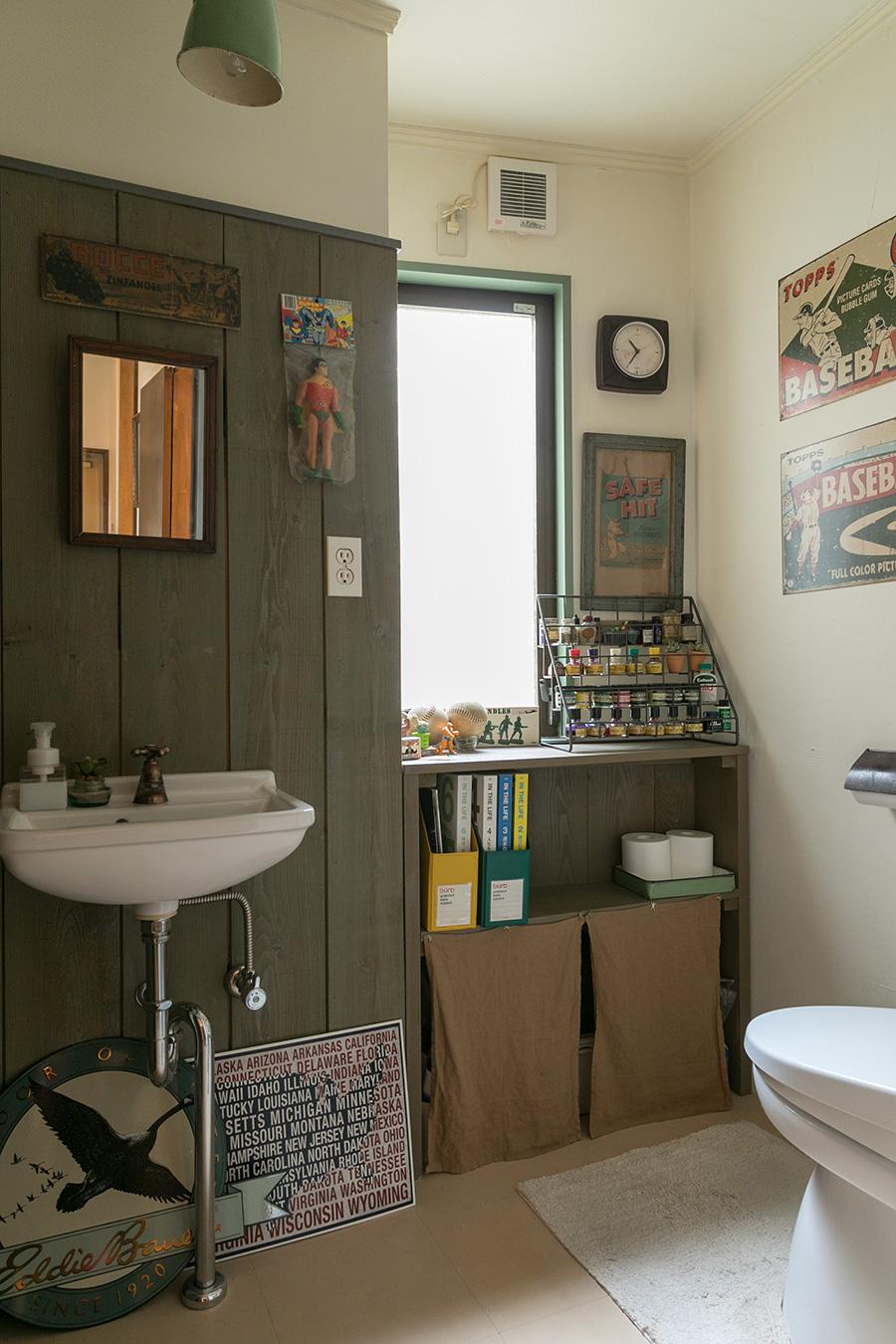広くて快適なトイレ。ここにもさまざまなコレクションが並ぶ。