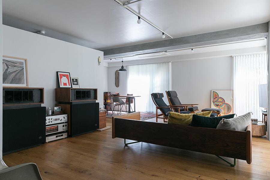手前のウッドのソファは、益子の木工作家、高山英樹さんの古材を使った作品。大型のALTECのスピーカーは譲ってもらったものだそう。スピーカーの後ろの壁の向こうがキッチン。「キッチンは独立させたかったので、天井と隙間を開けながらあえて壁で仕切りました」