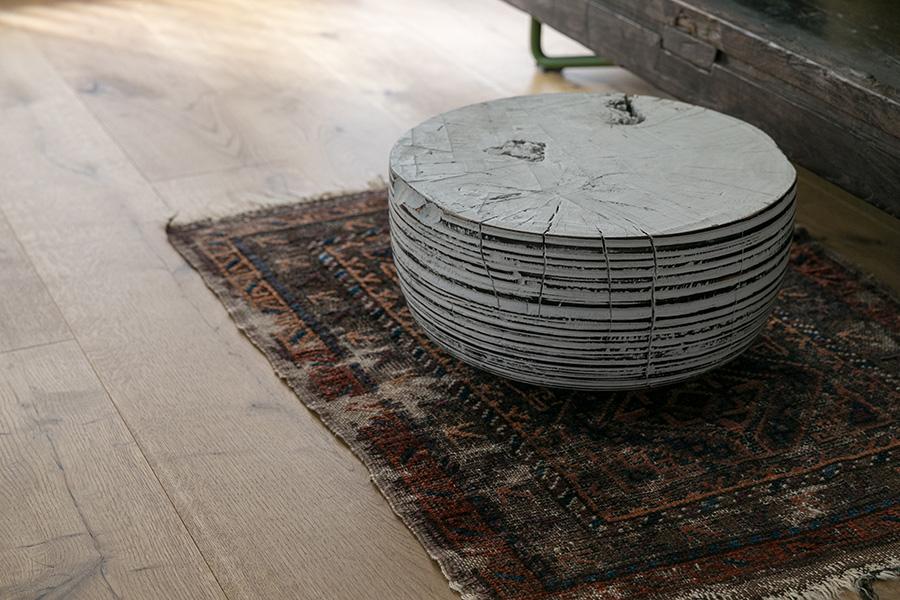 ローテーブルとして使っているジョージ・ピーターソンの作品。