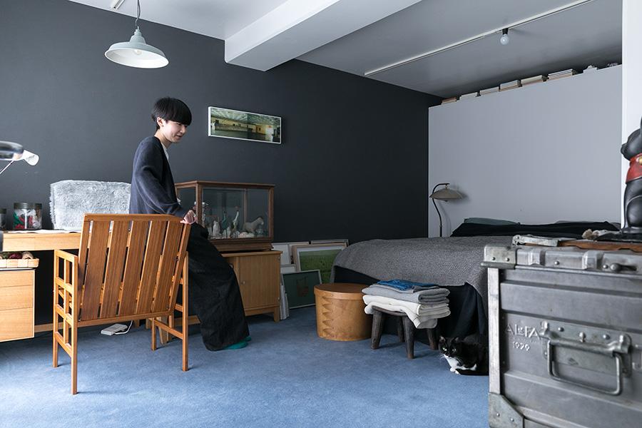 右奥のクローゼットルームと寝室の間の壁は、天井と隙間を開けて風通しをよくした。黒い壁はジョリパットという補修と塗装が一度にできる素材を選択。