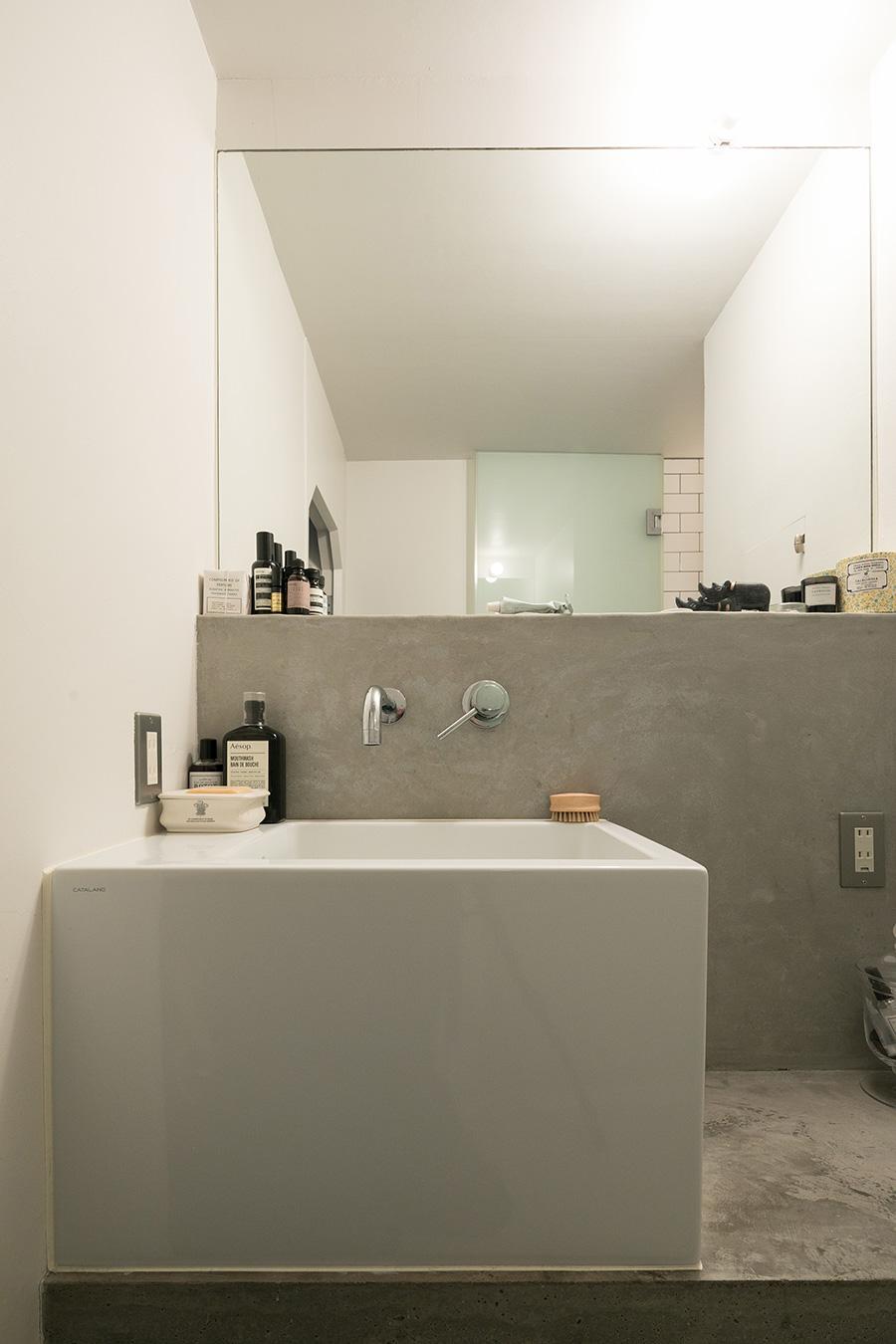 洗面ボウルは、ドイツ製の業務用。深さに合わせて洗面台を下げている。