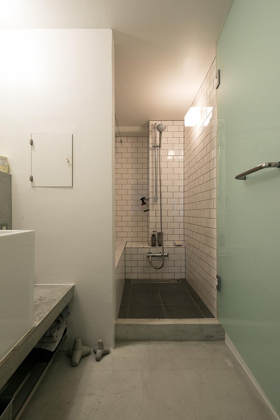 バスルームにはサブウェイタイルを使った。足元のミニサイズのテトラポットは、本物のテトラポットを作っている会社が制作したものだそう。