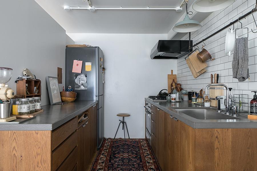 キッチンは天板のモルタルのような色が気に入って、オリジナルキッチンを作る「FILE」にオーダー。ガス管のパイプでフックをかける場所を作った。