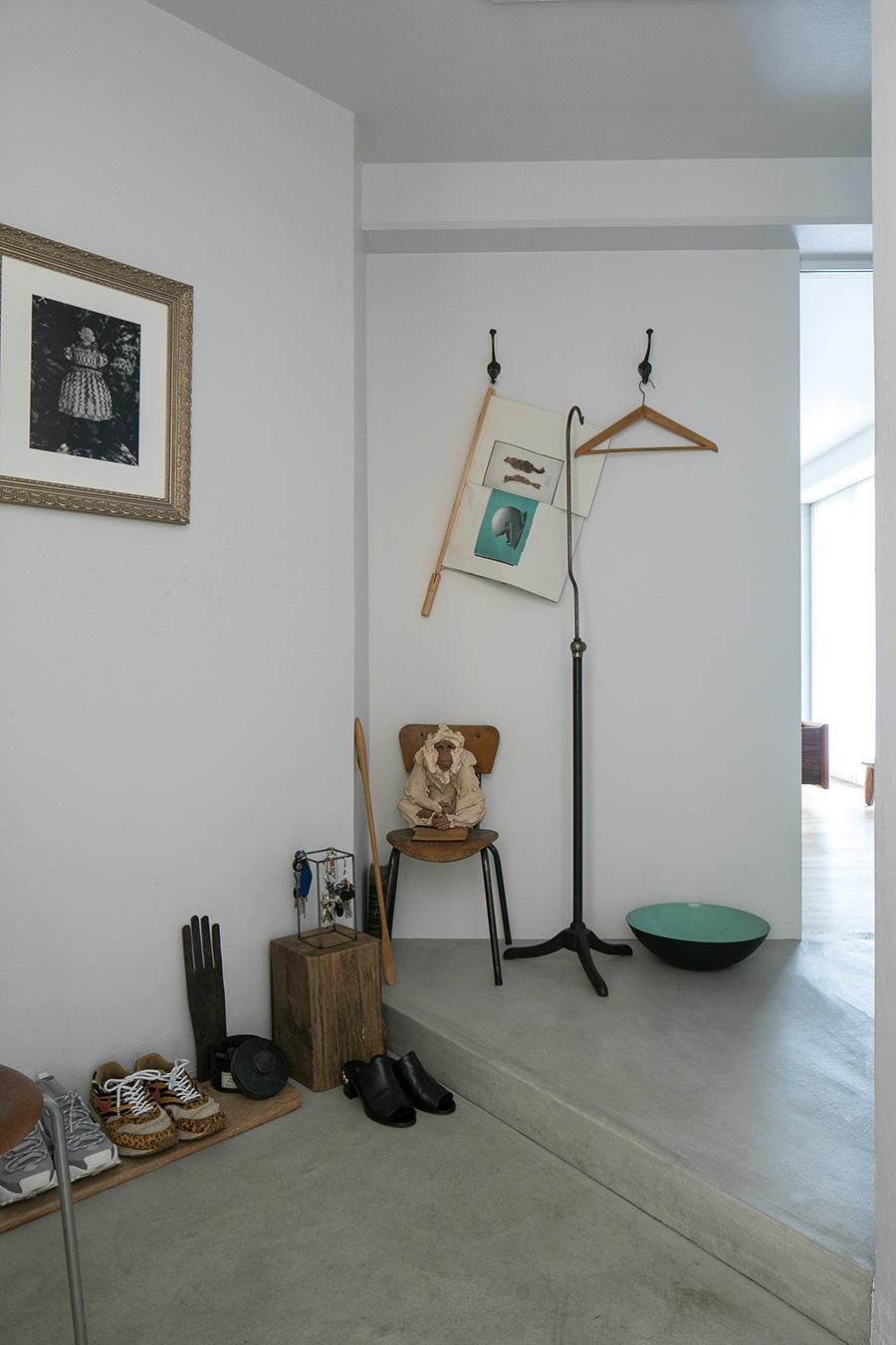 正面の猿のオブジェはステファニー・クエールの作品。「猿が好きなので、気に入ったものを見つけるとどうしても欲しくなってしまいます」