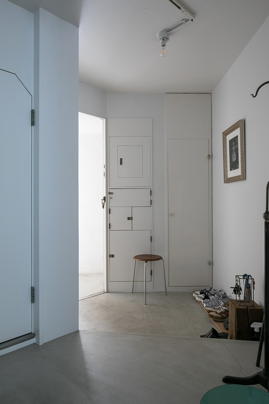 竣工から47年を経てもなお、玄関のポストやメーターを収納する扉のデザインが美しい。