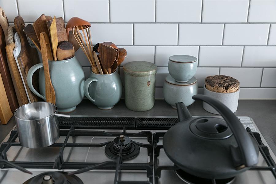 独特の色合いが美しいリー・ヨンゼの陶器のコレクション。