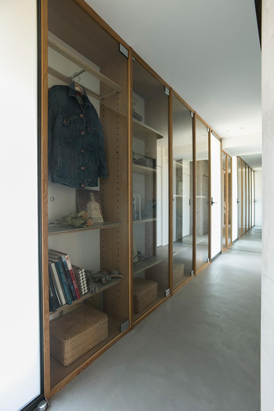グレートーンの廊下にセンスのいいディスプレイが映える。突き当たりには鏡を設置し、空間に広がりを出している。