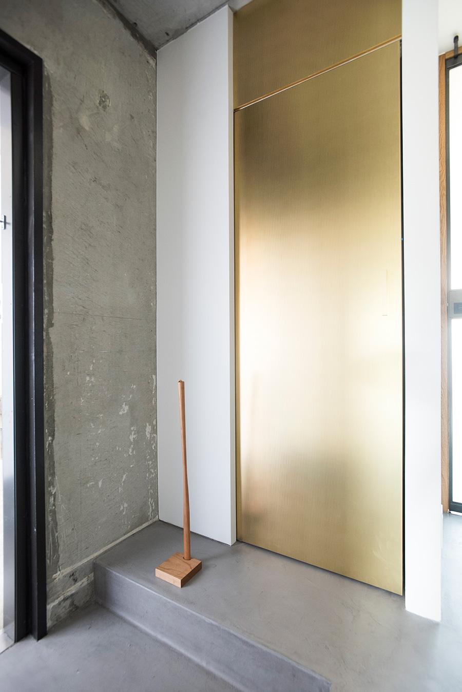 お寺の鐘をイメージさせる、銅を塗装した引き戸。錆びない加工を施してもらった。
