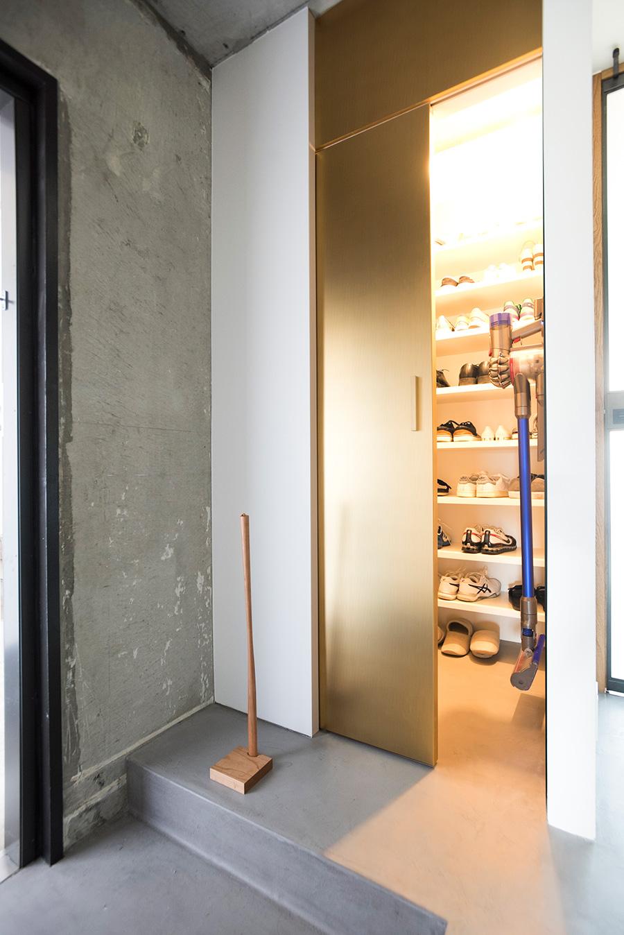 引き戸の奥はシューズインクローゼット。このスペースがあることで玄関がすっきりと。