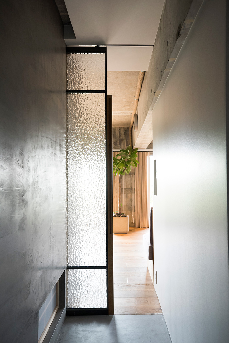 LDKへの入り口は模様の入った型板ガラスの引き戸。バルコニーからの光が通り抜ける。