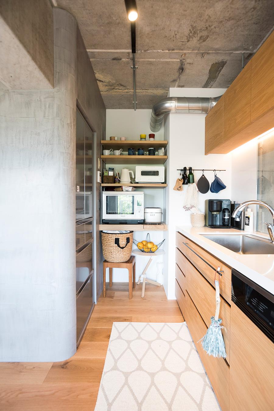 棚を造作してすっきりと収納。冷蔵庫もビルトインに。
