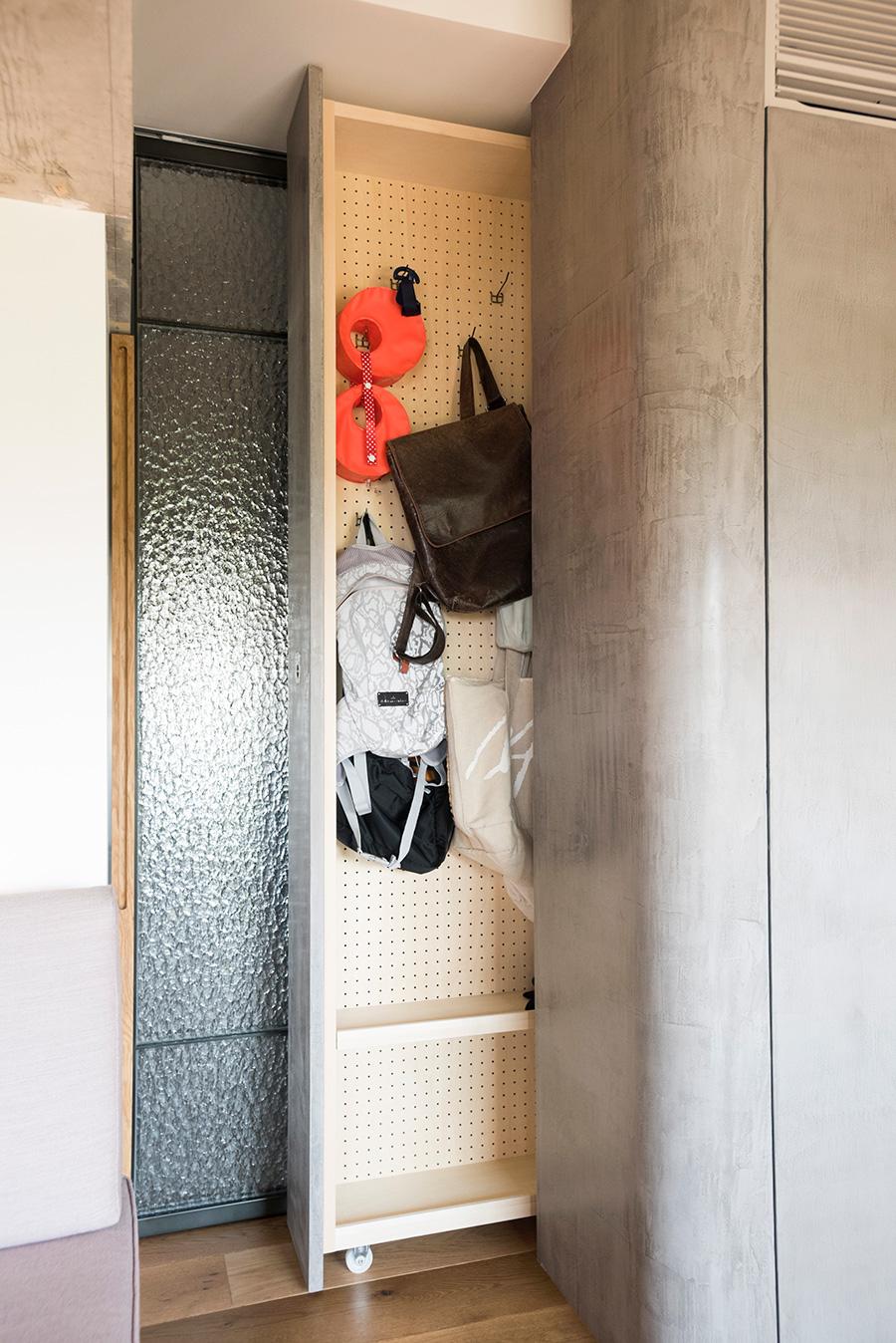 収納しにくいバッグ類を、かけて保管できるよう作ってもらった引出し式のクローゼット。