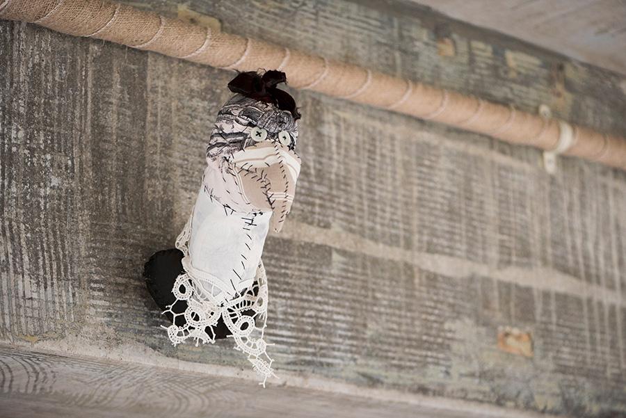 配管を麻布でコーティングし温もりを。布製の鳥はテキスタイル彫刻家Anne Valérie Dupond。