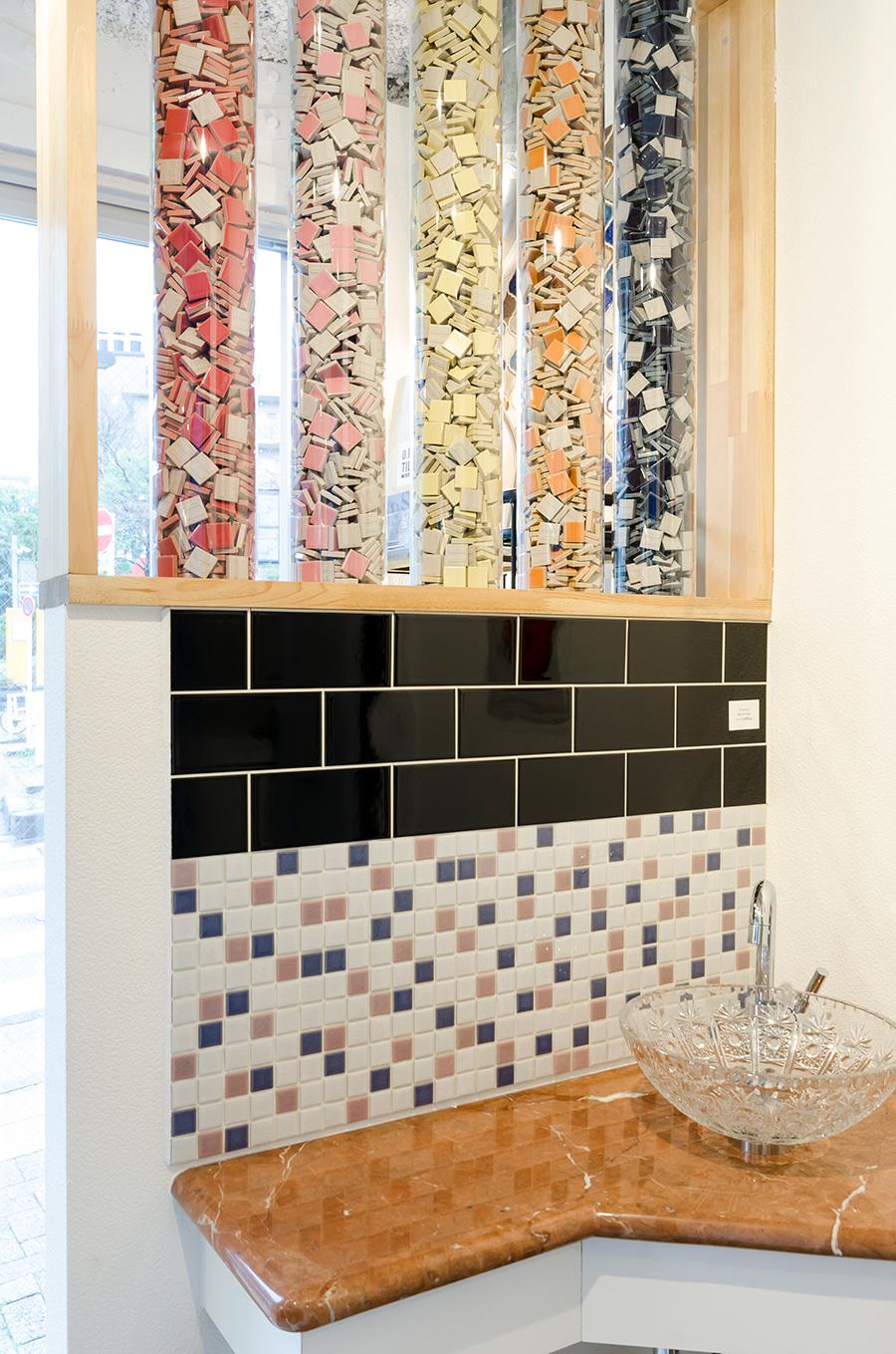 人気のサブウェイタイルも手軽に施工。洗面所まわりのデコレーションの参考に。