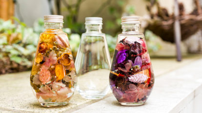 ハーバリウムを作る  ボトルの中に 花の魅力を閉じ込める