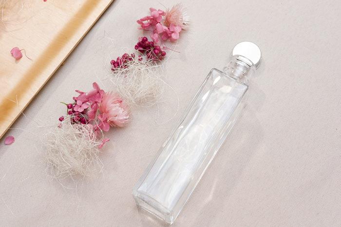 洗って充分に乾かしたボトルの横に、完成をイメージして花材を順番に並べる。このシュミレーションがとても大事な行程。