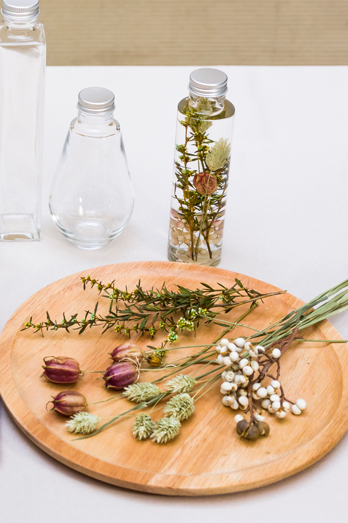 ティーツリー、ポアプランツといった縦に長い花材と、ニゲラ、ナンキンハゼを組み合わせたハーバリウム。