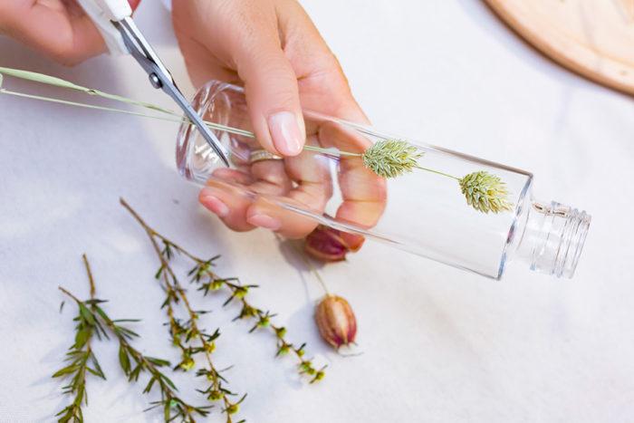 ボトルの長さに合わせて花材をカットするのがポイント。短いと浮き上がってきてしまい、長いと頭がオイルから出てしまう。