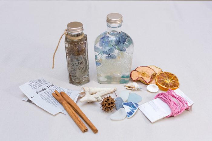 ドライフルーツやパスタ、シナモンといった食材や、シーグラスや貝殻、英字新聞なども材料として使うことができる。