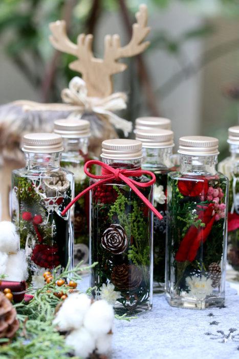 松ぼっくりや赤いトウガラシを使った、クリスマスをイメージして作ったハーバリウム。