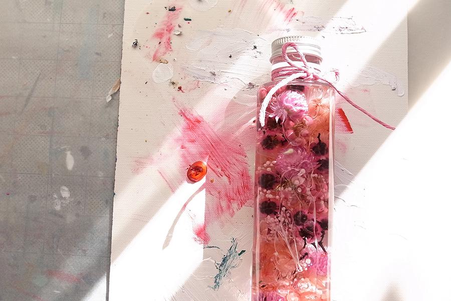 イラストレーターのミウラナオコさんがハーバリウムとコラボレーションした作品。ハーバリウムの飾り方のアイディアが広がる。