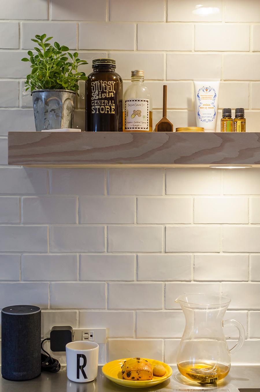 板にライトを埋め込んで、キッチンに明かりをプラス。