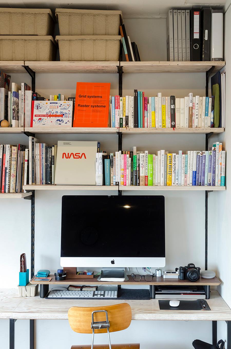 本棚付デスクは「DOOGS DESIGN」でによるデザイン。