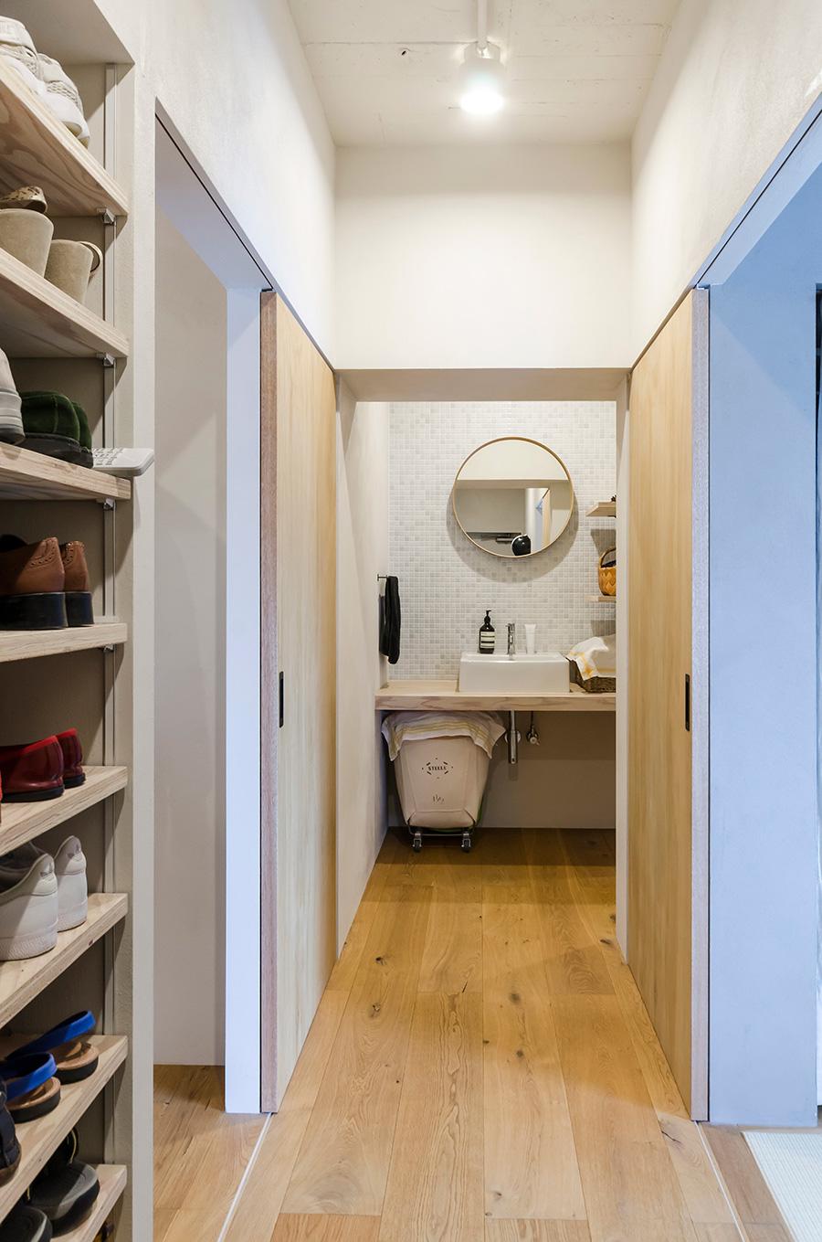 玄関を入ると、正面の丸い鏡まで一直線に廊下がのびる。