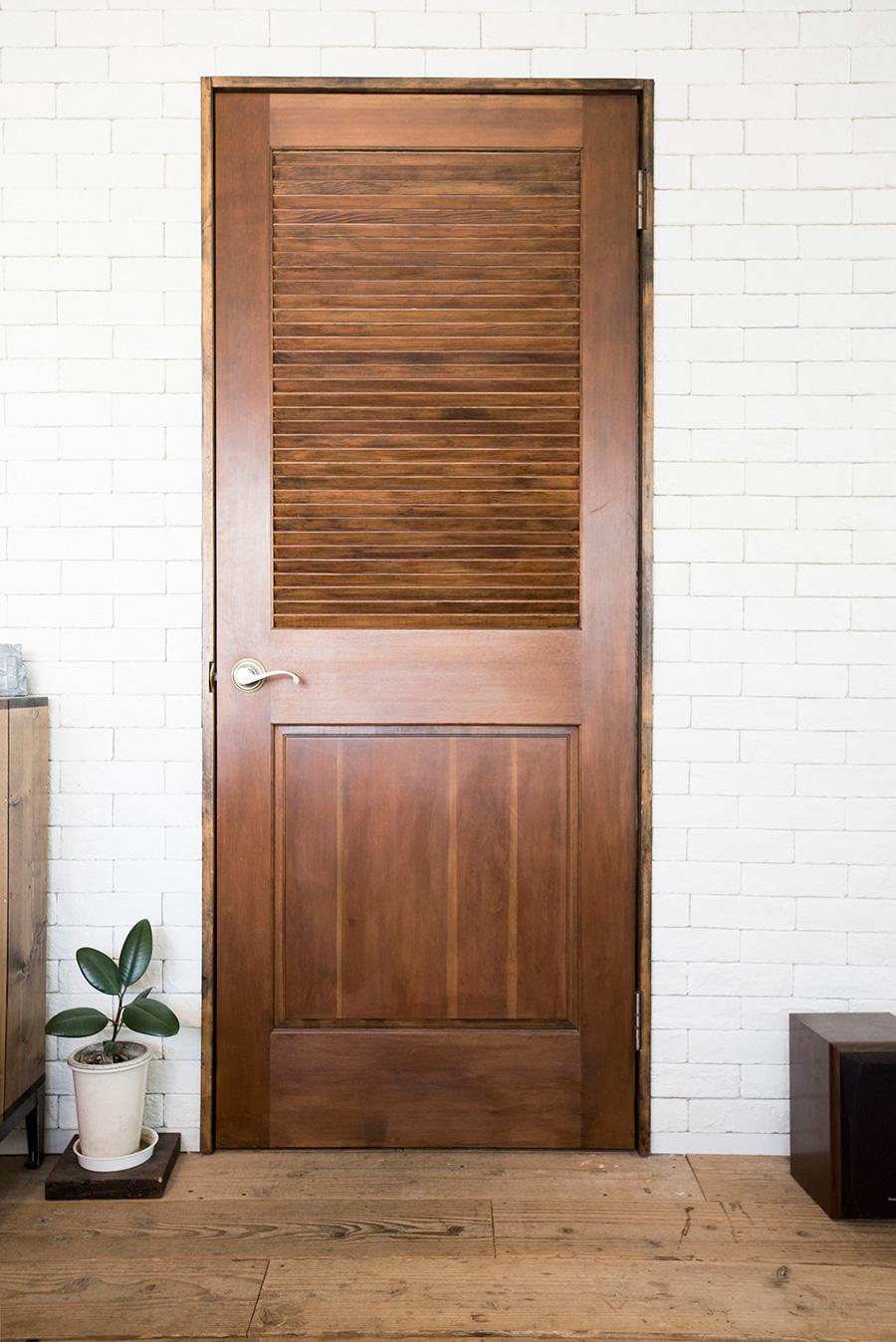 ネットで探した白木のドアに、ウォルナット色のワックスを塗装。ムラが出て使い込んだ味に。