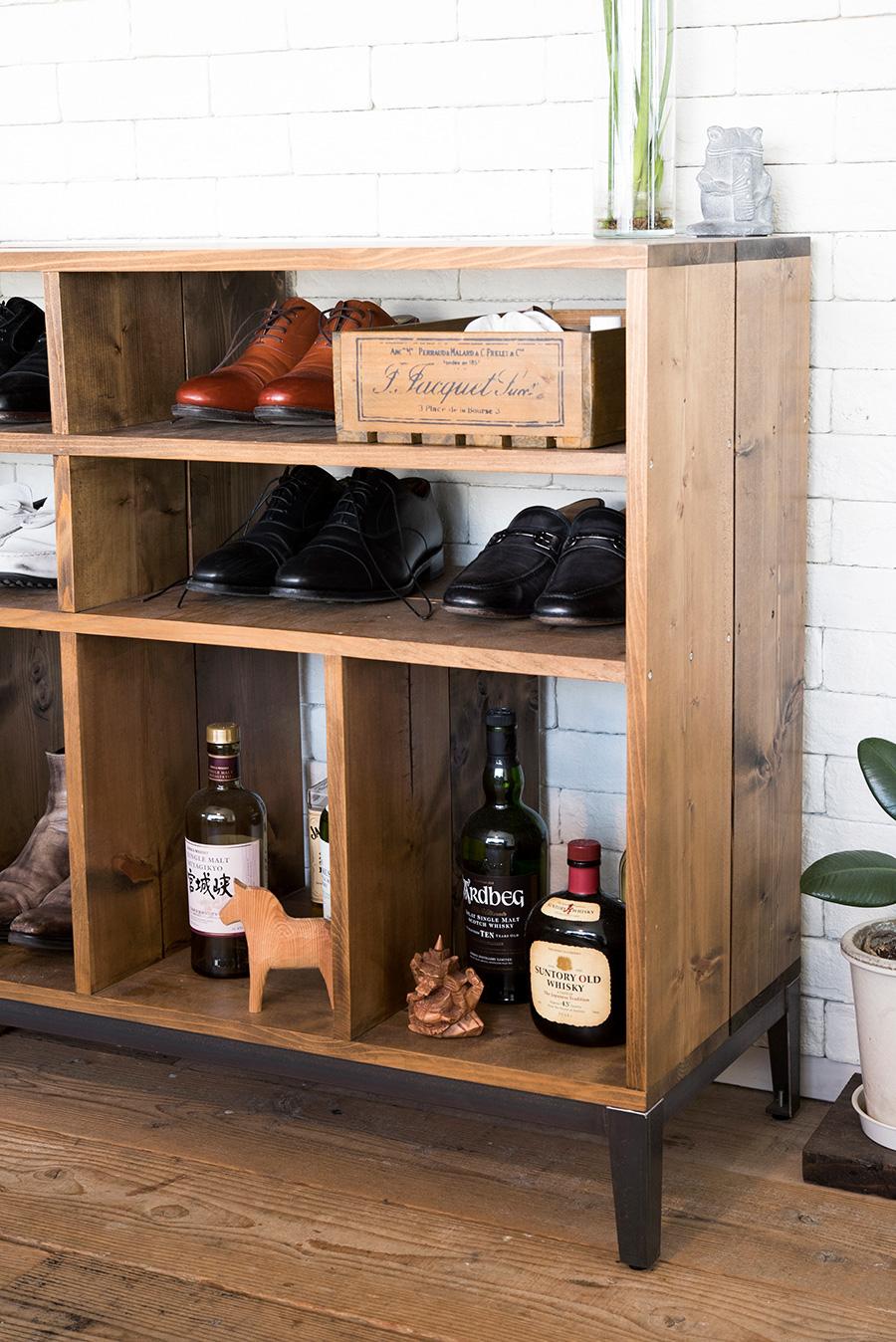 靴箱もDIYで作製。木材はあらかじめ寸法を決めて、購入時にカットしてもらうと楽なのだそう。ワックスを塗布し、スチールの脚を取り付けた。