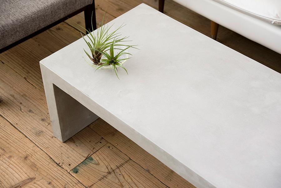 オーダーで作ってもらったモールテックスのテーブル。シンプルで武骨な雰囲気が、リビングのインテリアを引き締める。