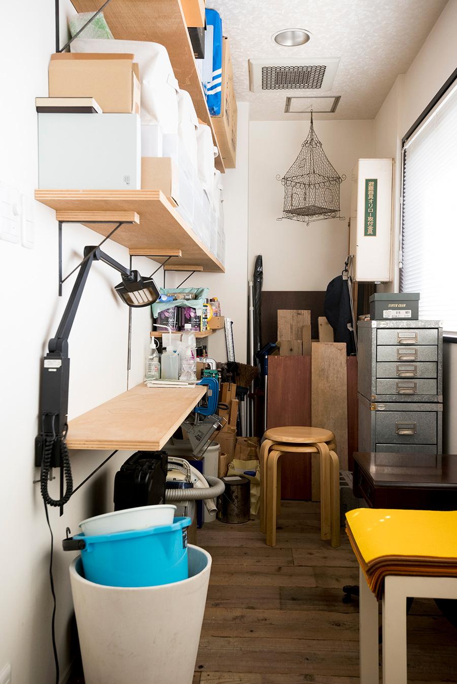 窓側の小スペースは作業部屋に。DIYで棚を取り付け、工具や材料を収めている。