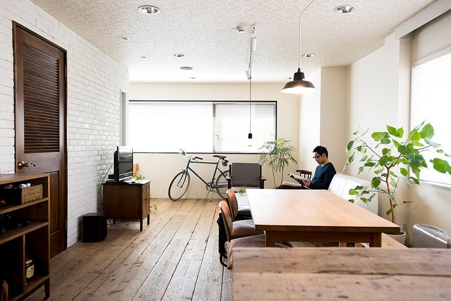 大学で建築を学び、IDÉE勤務を経て現在は不動産会社に勤める三浦淳さん。自宅は撮影スタジオにも活用している。