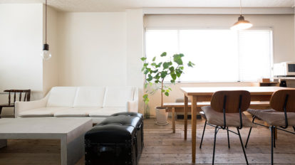 商業ビルをリノベーション  古材の床から自分で施工 味のある質感を楽しむ空間