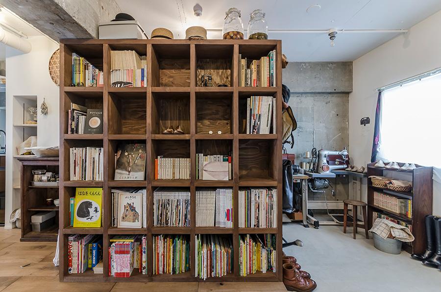 壁を設ける代わりに、移動可能な本棚を設置。