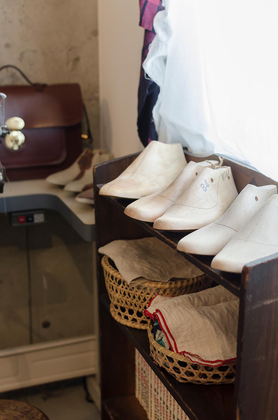 ラストと呼ばれる木型など、靴作りの道具が並ぶ玄関。