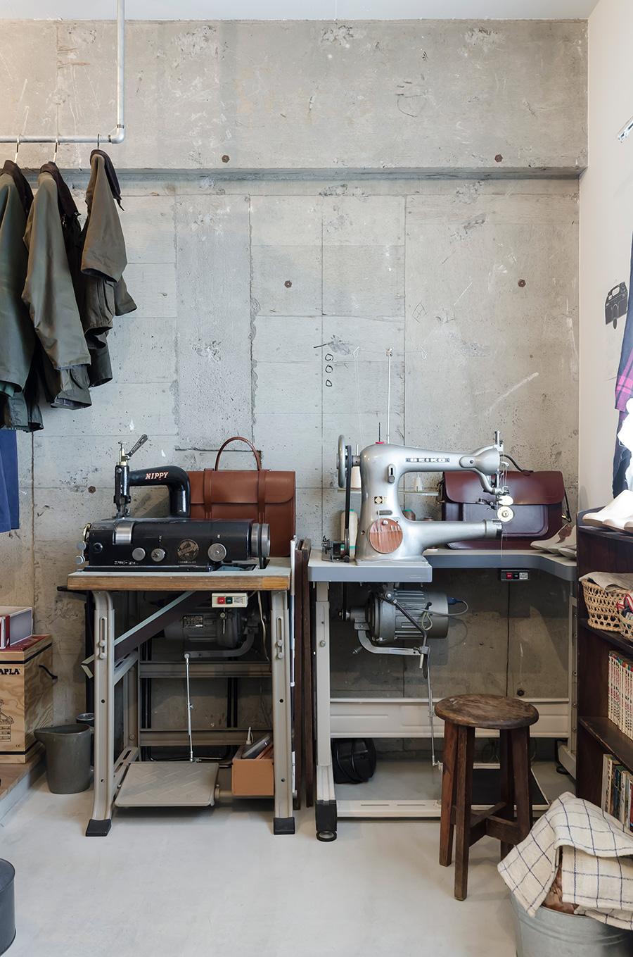 厚みを調整する革漉き機(左)と、製甲用ミシン(右)。