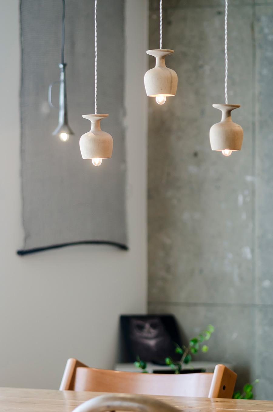 ロウソクの燭台をリメイクした照明は古賀秀幸さん作。