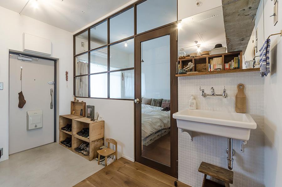 寝室の窓枠には錆加工を施し、アンティーク調の風合いをプラス。