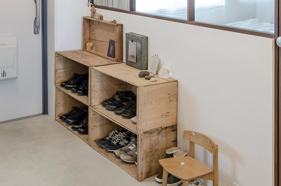重ねた木箱を靴箱として活用。自由に高さを変えられるので便利。