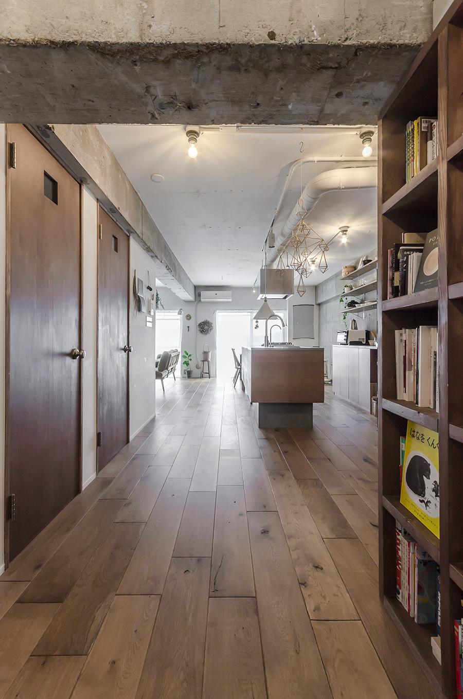 玄関からの眺め。床はオークの無垢材を乱尺貼り。