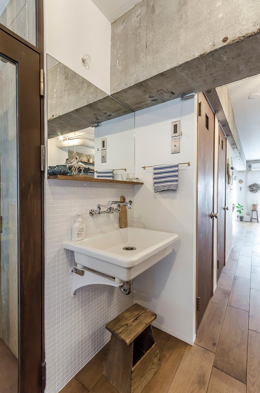 玄関とトイレの間にあるスペースに洗面台を設置。