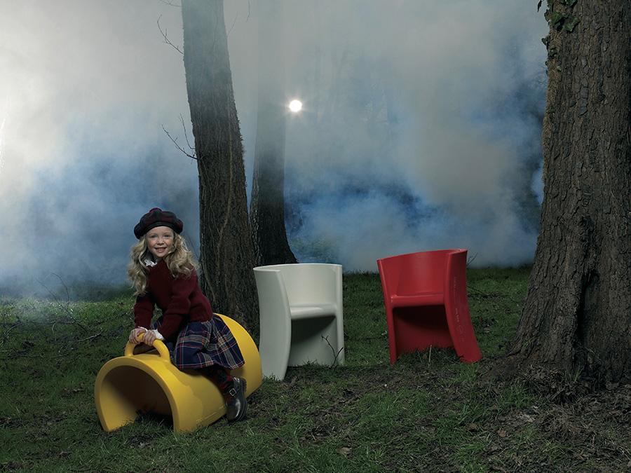 ポリエチレン製のカラフルな子供用チェアTRIOLI (トリオリ)は、椅子を逆さにすると高さの違う椅子になり、前に傾けると木馬のように遊ぶことも!