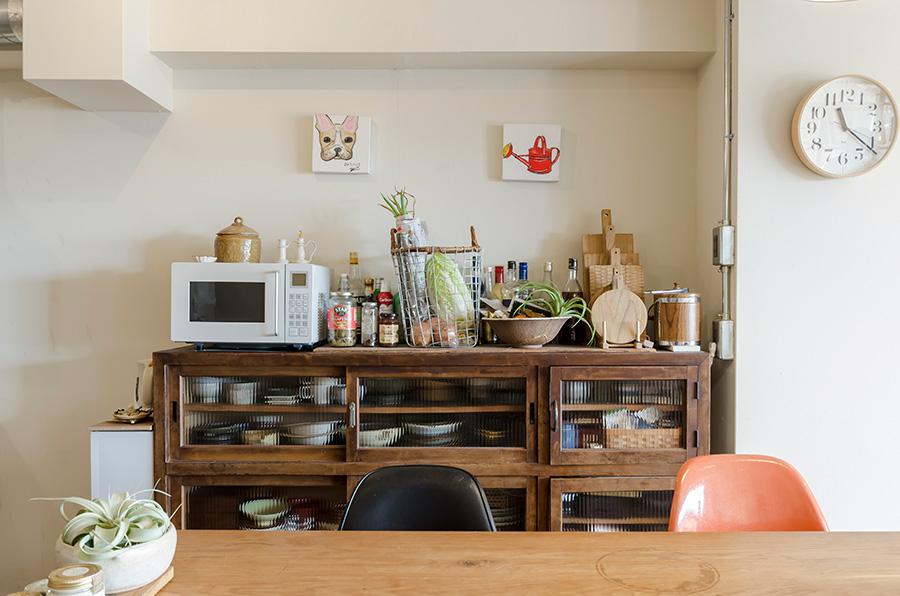 古道具店に勤務したこともある奥さまが大切にしている古い食器棚。